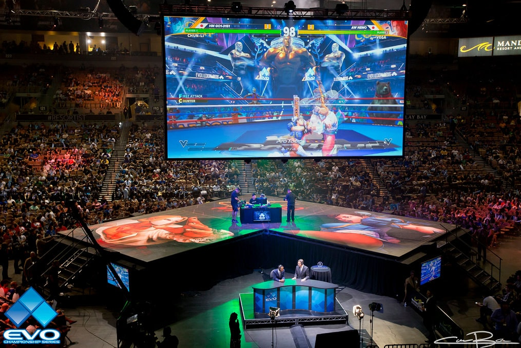 A picture of the EVO 2016 tournament. Street Fighter 5 is on the screen.